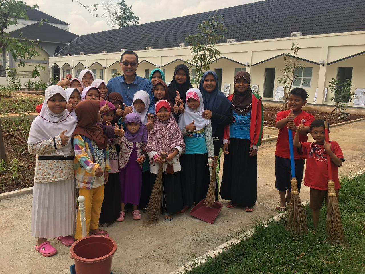 Prof. Dailam Firdaus bersama anak-anak yatim